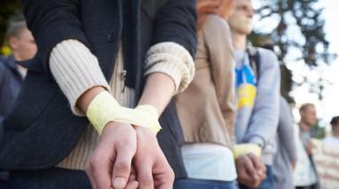 Переселенці із заклеєними ротами вимагали повернути їм право голосу