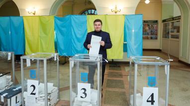 Виктор Бондарь проголосовал и призвал украинцев прийти на выборы