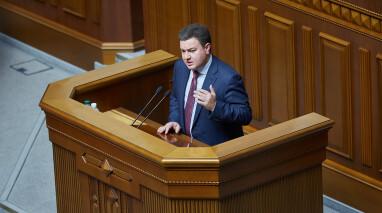 Віктор Бондар запропонував змінити порядок денний та закликав депутатів не тиснути на КСУ