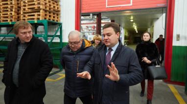 Кандидат у Президенти від Партії «Відродження» Віктор Бондар відвідав у Дніпрі акумуляторний завод